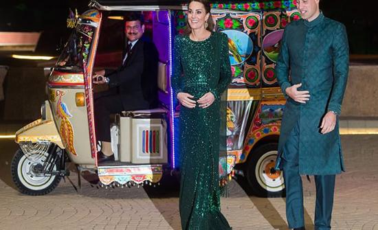 بالفيديو: الأمير وليام وكيت ميدلتون يستقلان التوكتوك بزي باكستاني
