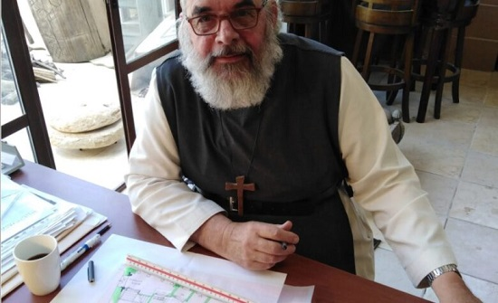 وفاة الأب اندرو دي كاربنتير بعد سقوطه عن مبنى في السلط