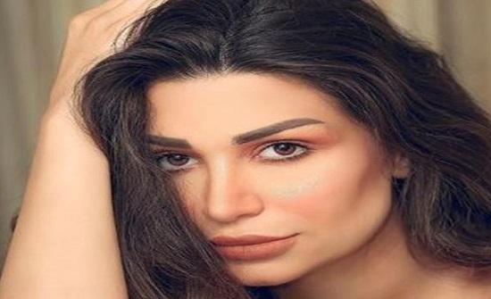 بالصور- هجوم حاد على فنانة سورية سارة نخلة بسبب فستانها