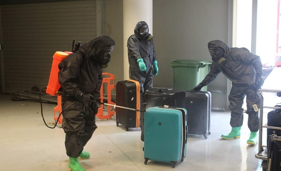 سلاح الهندسة الملكي يعقم أمتعة القادمين إلى مطار الملكة علياء