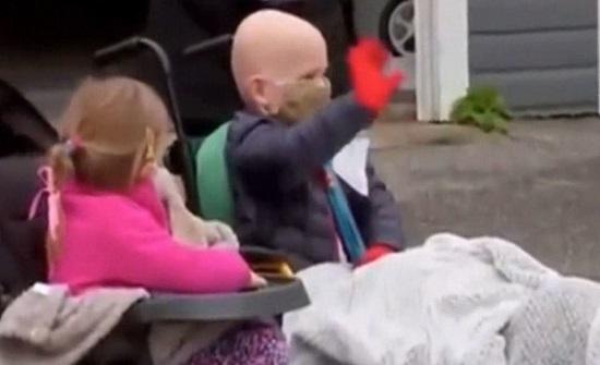 بالفيديو استقبل كالأبطال.. طفل امريكي يهزم السرطان وكورونا ويخرج منتصرا