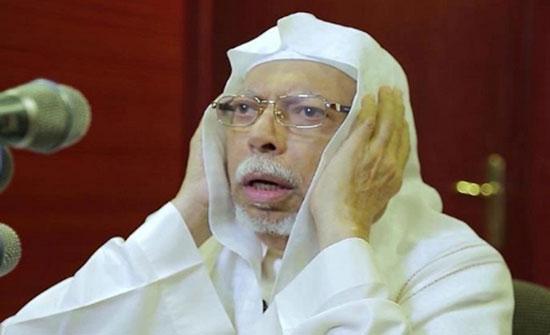 بالفيديو: التعب يداهم الشيخ علي الملا أثناء رفعه الأذان ومؤذن آخر يكمله بدلاً منه