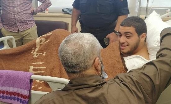 فيديو  : والد الفتى صالح يزوره في المستشفى