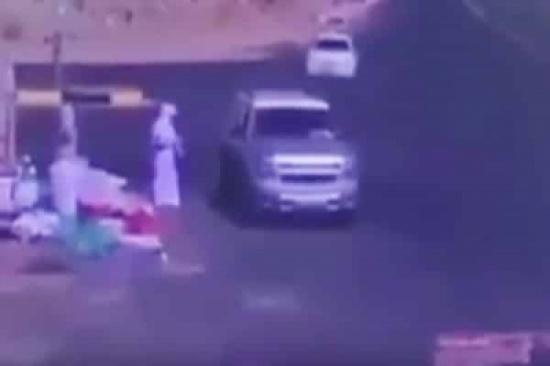 بالفيديو: قائد مركبة انشغل بجواله وأفلت بأعجوبة من كارثة