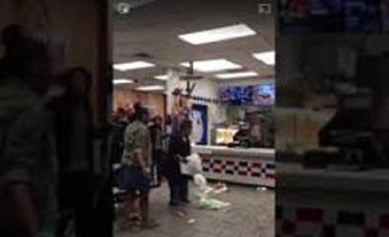 شاهد ردة فعل امرأة غاضبة بسبب سوء الترتيب في ماكدونالدز