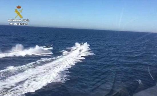 فيديو : مهربو مخدرات أنقذوا شرطيين من الغرق في اسبانيا