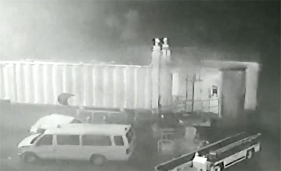 فيديو : جسر ركوب الطائرة يحطم سيارات على مدرج المطار في امريكا بسبب الرياح