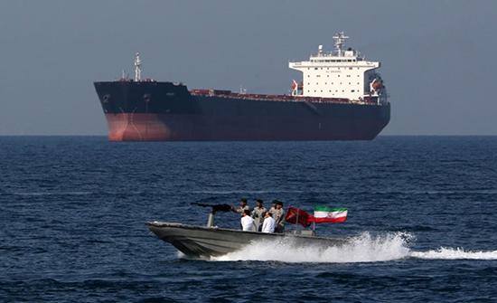 استهداف ناقلة نفط إيرانية بصاروخين قرب ميناء جدة السعودي