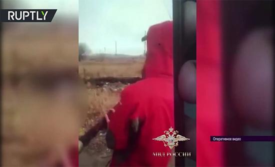 بالفيديو : استخدام بندقية يدوية الصنع لإدخال مخدرات إلى ساحة سجن روسي