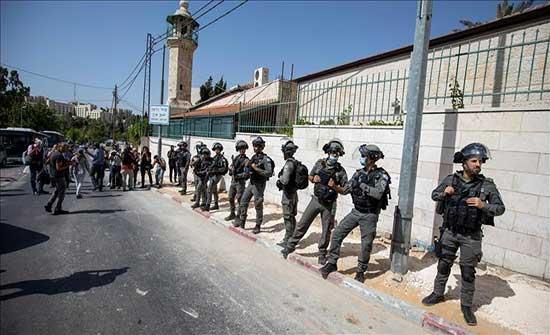 """قوات إسرائيلية تعتدي على فلسطينيين بـ""""باب العامود"""" وتعتقل شابًا"""