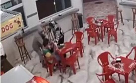 انقلاب محاولة سرقة على لصين داخل مقهى برازيلي (فيديو)