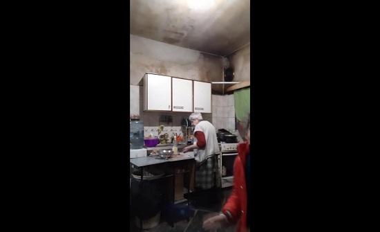 فتاة صغيرة ترقص مع جدتها العجوز بطريقة طريفة (فيديو)