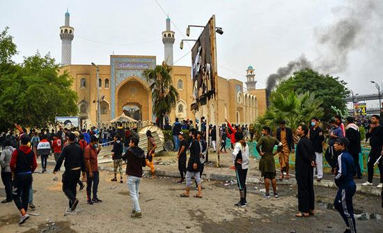 بالفيديو : العراق.. اشتباكات بين الأمن والمتظاهرين في النجف