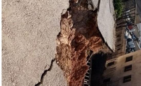 فيديو وصور: انهيار شارع في طبربور