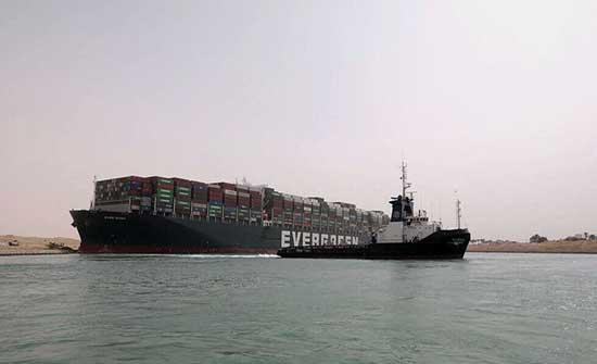 تركيا تجدد استعدادها للمساعدة في تعويم السفينة بقناة السويس