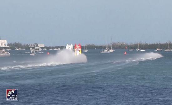 شاهد : لحظة اصطدام وانقلاب قاربين رياضيين أثناء مسابقة في فلوريدا