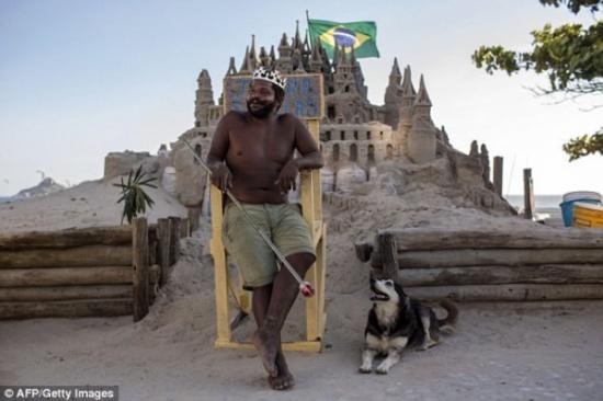 بالصور.. رجلٌ يعيش 22 عاماً بقصر رملي لتوفير دفع إيجار منزل!