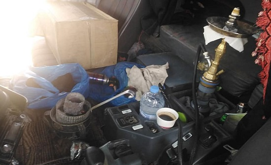 صور : ضبط سائق تريلا يدخن الارجيلة أثناء القيادة على الطريق الصحراوي