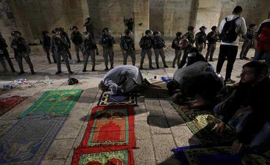 الاحتلال يقتحم الاقصى و يعتدي بالقوة المفرطة على المصلين .. بالفيديو