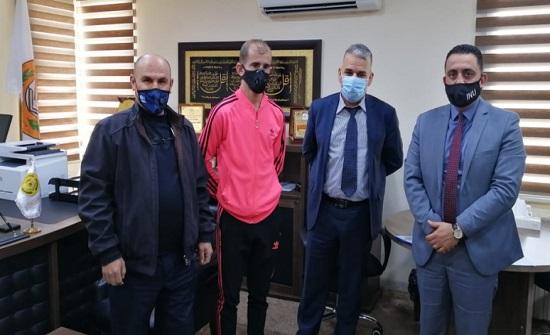 رئيس جامعة إربد الأهلية يستقبل ويكرم اللاعب مقابله لقصة نجاحه من ذوي الضرر الجسدي