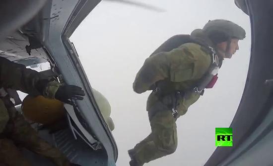 بالفيديو : مقاتلو القوات الخاصة الروسية يستعرضون  في مسابقة للقفز بالمظلات