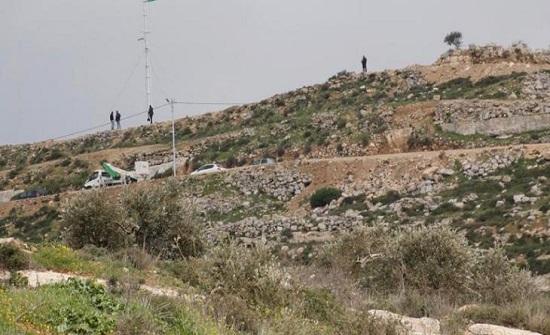 مستوطنون يقتحمون جبل العالم غربي رام الله