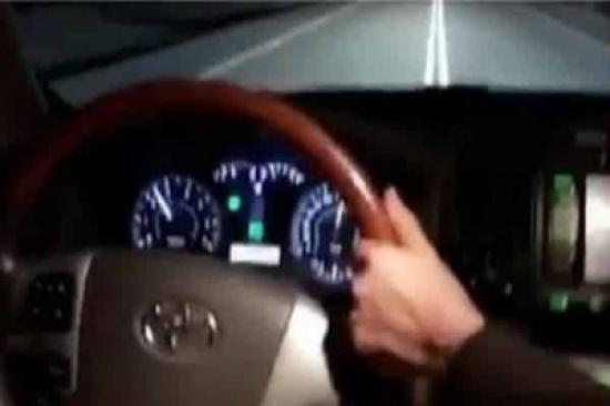 """شاهد: """"شيلة"""" تدفع سائقين للتهور وترك مقاود السيارات والرجوع للمقاعد الخلفية أثناء القيادة"""
