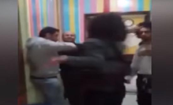 «علقة ساخنة» لشاب تحرش بفتاة داخل «أسانسير» (فيديو)