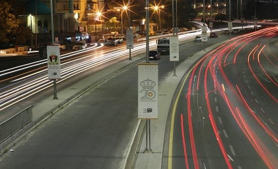 الأعلام والعبارات الوطنية تزين شوارع عمان إحتفاء بالإستقلال