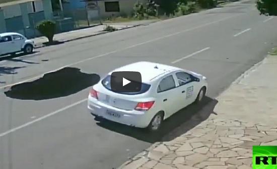 مشاهد تحبس الأنفاس لحفرة تظهر فجأة وتبتلع سيارة (فيديو)