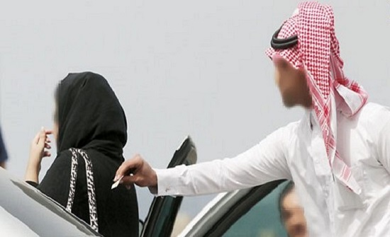"""شاهد : متحرش يحاول ركوب سيارة فتاة  كويتية وإجبارها على أخذ حساب """" السناب """""""