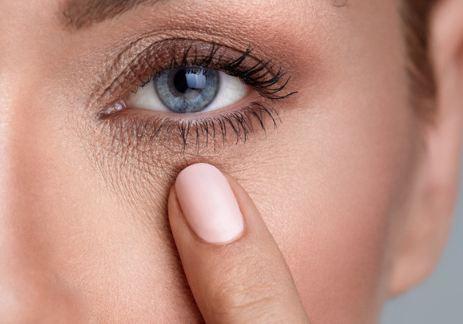 10 طرق طبيعية لإزالة التجاعيد حول العينين.. اكتشفيها!