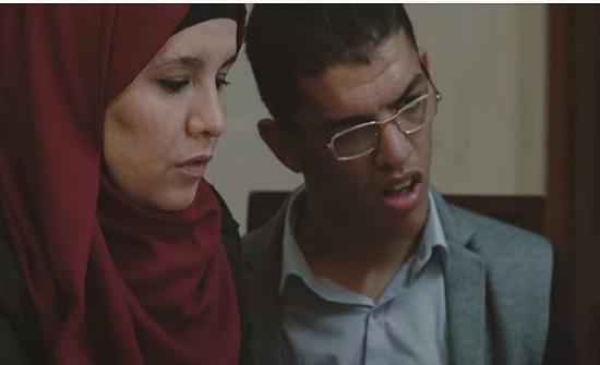 بالفيديو : شاب أردني يكتب بأنفه بسبب إصابته بشلل دماغي