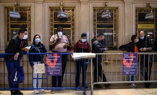 السماح للأميركيين المحصنين بالاستغناء عن الكمامات في الأماكن المغلقة
