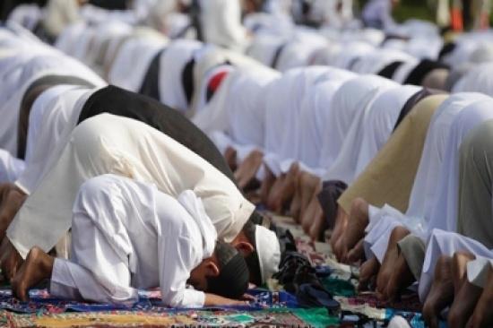 بالفيديو: شاب يصلي المغرب في الخلاء فيجمع خلفه المئات