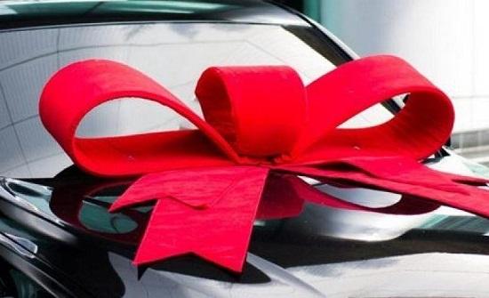 في بلد عربي : رجل يهدي زوجته سيارة ويطالبها بتسديد أقساطها!