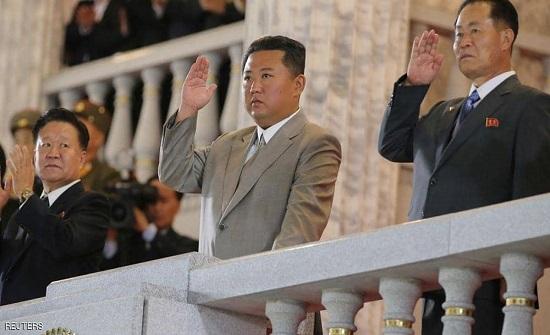 """بالصور.. الزعيم كيم يظهر في عرض عسكري """"متواضع"""" للجيش الكوري"""