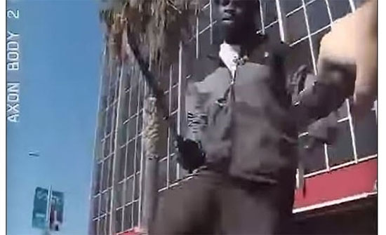 شاهد : مجرم يحمل سكينا ضخما ويحاول غرسه بجسد ضابط في  لوس أنجلوس