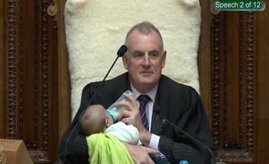أثارت الجدل.. صورة لرئيس برلمان يقوم بإرضاع طفلة خلال انعقاد الجلسة