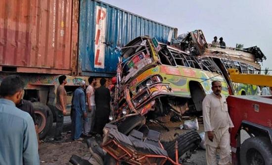 باكستان: مقتل 30 شخصًا في تصادم حافلة