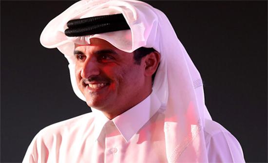 أمير قطر يتلقى لقاحا ضد فيروس كورونا ( صورة)