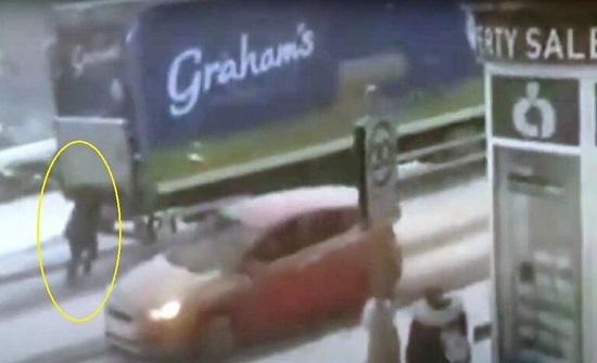 امرأة خارقة تدفع شاحنة ضخمة وسط الثلوج -فيديو