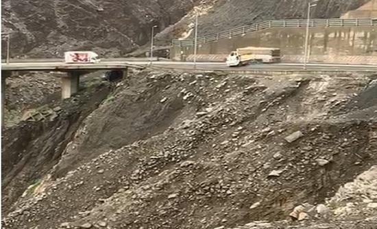 بالفيديو .. انقلاب مروع لشاحنة في السعودية