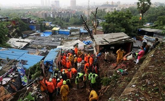 حصيلة ضحايا الأمطار الغزيرة في مومباي الهندية ترتفع إلى 33 قتيلا .. بالفيديو