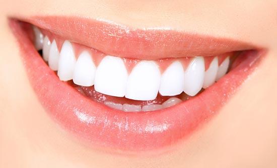 لن تحتاج لعمليات تبييض.. طبيب يوضح الطريقة الصحية لتنظيف فرشاة الأسنان