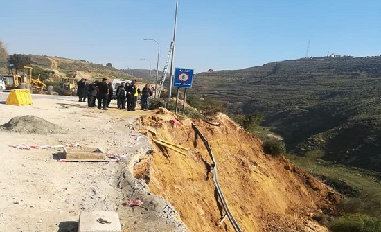 صور : اغلاق طريق عمان - جرش بسبب انهيار جزء من الطريق