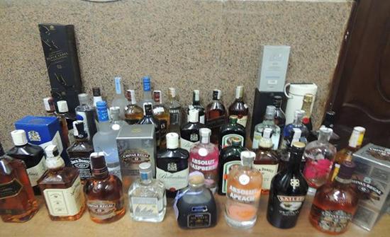 """مسؤول مصري يتقاضى """"رشوة"""" زجاجات خمر"""