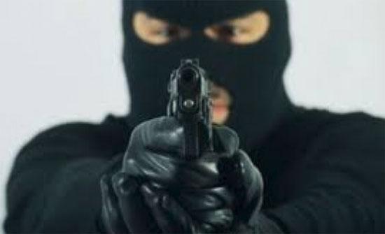 شاهد.. سطو مسلح على محل تجاري بإربد