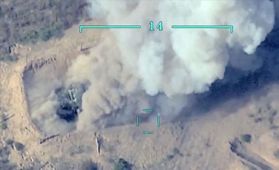 """أذربيجان تدمر رتلا عسكريا أرمينيا في """"قره باغ"""" .. بالفيديو"""