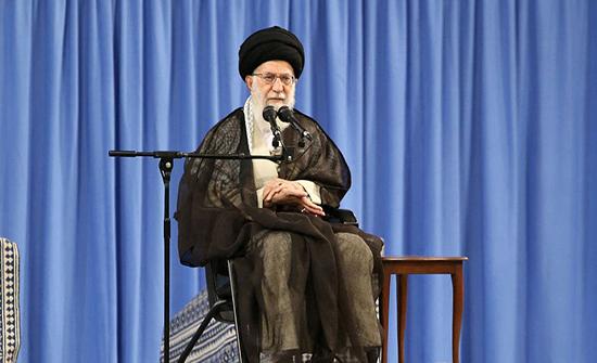 بالفيديو : ايراني يحاول الانتحار لخامنئي: 40 عاماً تنهبوننا